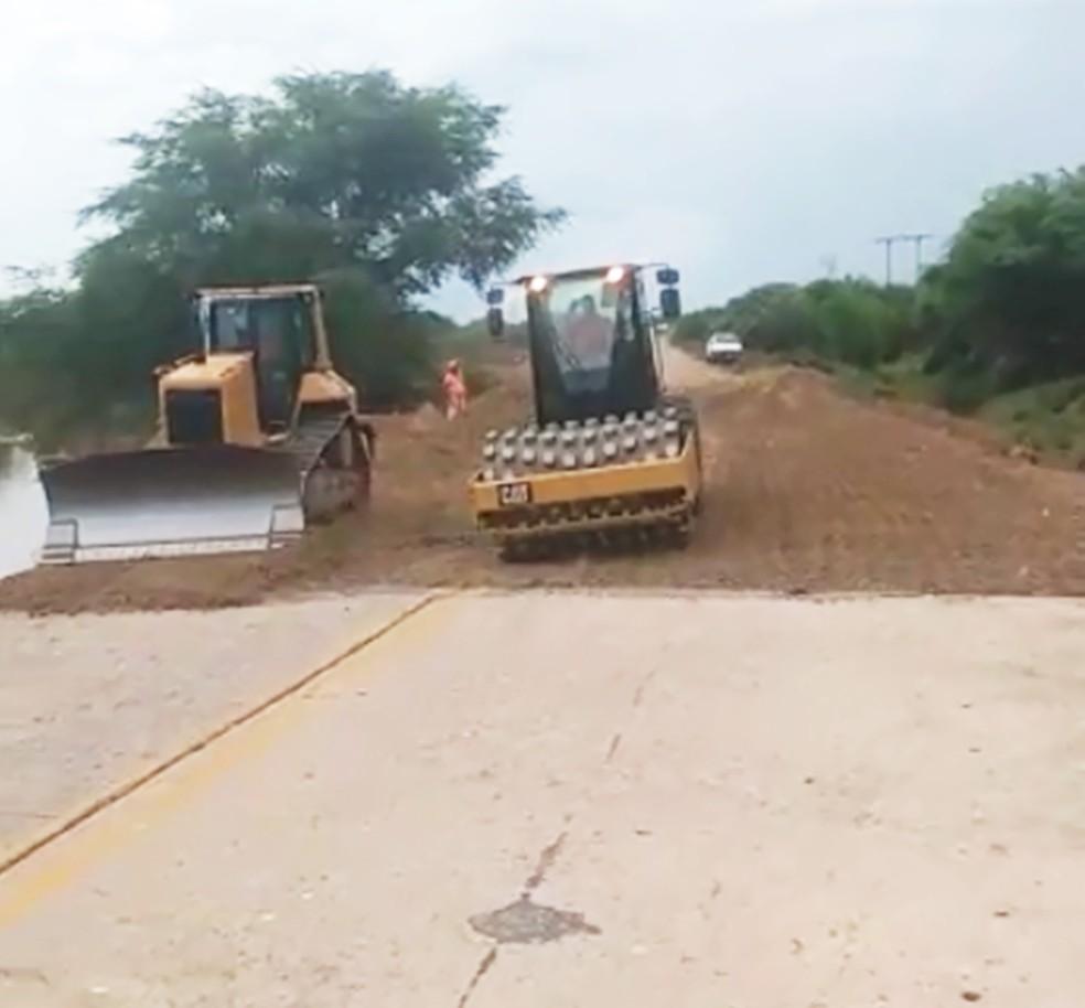 Tratores trabalham na recuperação da ponte e trecho da RN-041, danificados pela enxurrada — Foto: Defesa Civil do RN