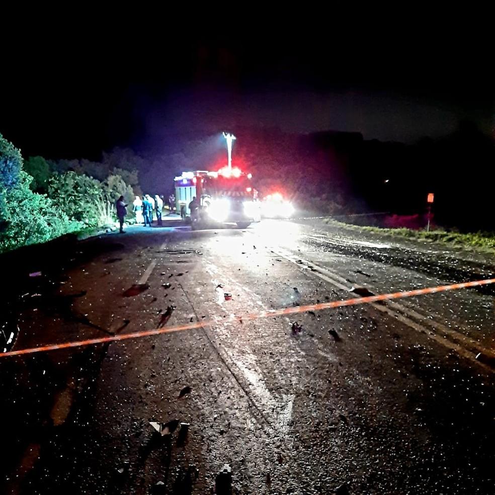 Motorista de carro morre após se envolver em acidente com ônibus e caminhão, na PR-423 — Foto: Rodrigo Brito/RPC