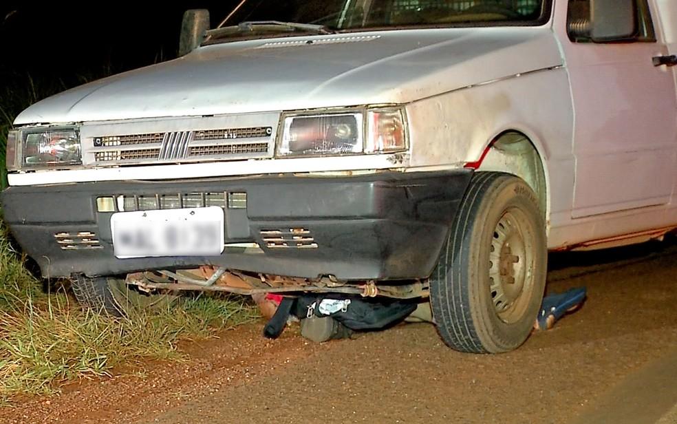Corpo do motociclista ficou preso embaixo do veículo e foi arrastado por alguns metros (Foto: Reprodução/TVCA)