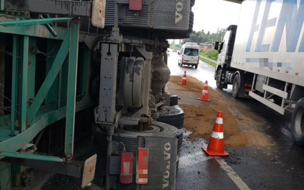 Caminhão tomba na BR 324 e causa engarrafamento de 5 km entre Salvador e Feira de Santana — Foto: Divulgação/Polícia Rodoviária Federal