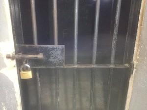 Suspeito de esfaquear o pai está preso. Idoso também foi levado à Central de Flagrantes para prestar depoimento (Foto: Suzi Rocha/G1)