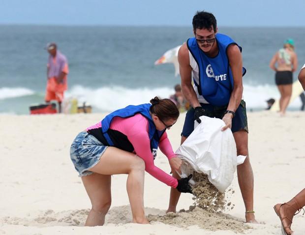 Mateus Solano e Paula Braun na Ação de Limpeza na Barra da Tijuca (Foto: AgNews)