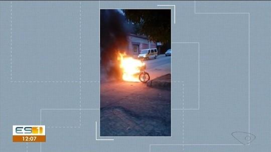 Moto pega fogo em avenida de Cachoeiro de Itapemirim