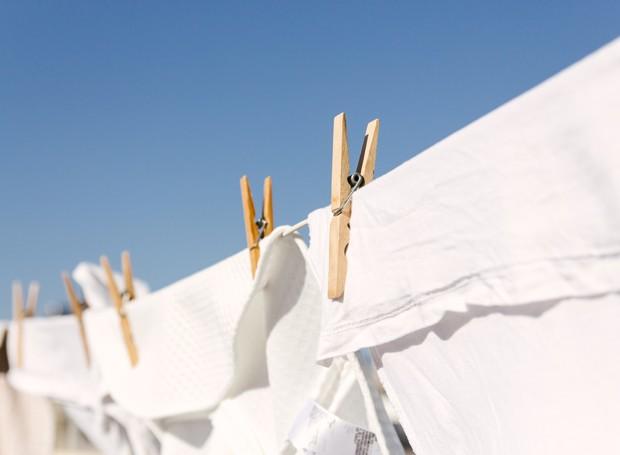 As roupas brancas dever secar ao ar livre, mas de preferência na sombra (Foto: Thinkstock)