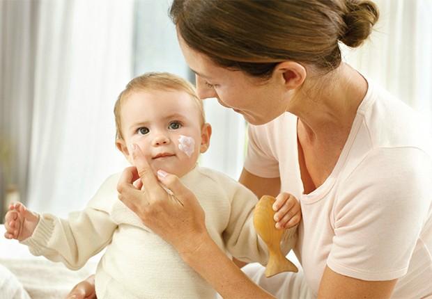 É importante escolher criteriosamente os cosméticos usados no bebê e os benefícios das opções naturais (Foto: Weleda)