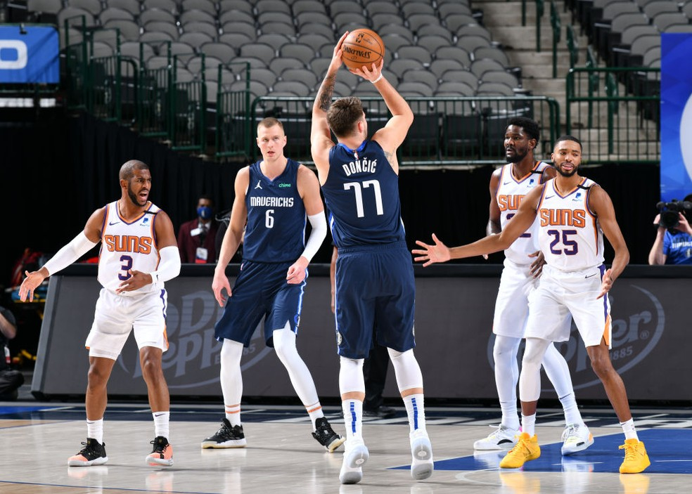 Luka Doncic tenta o arremesso em Mavericks x Suns — Foto: Glenn James/NBAE