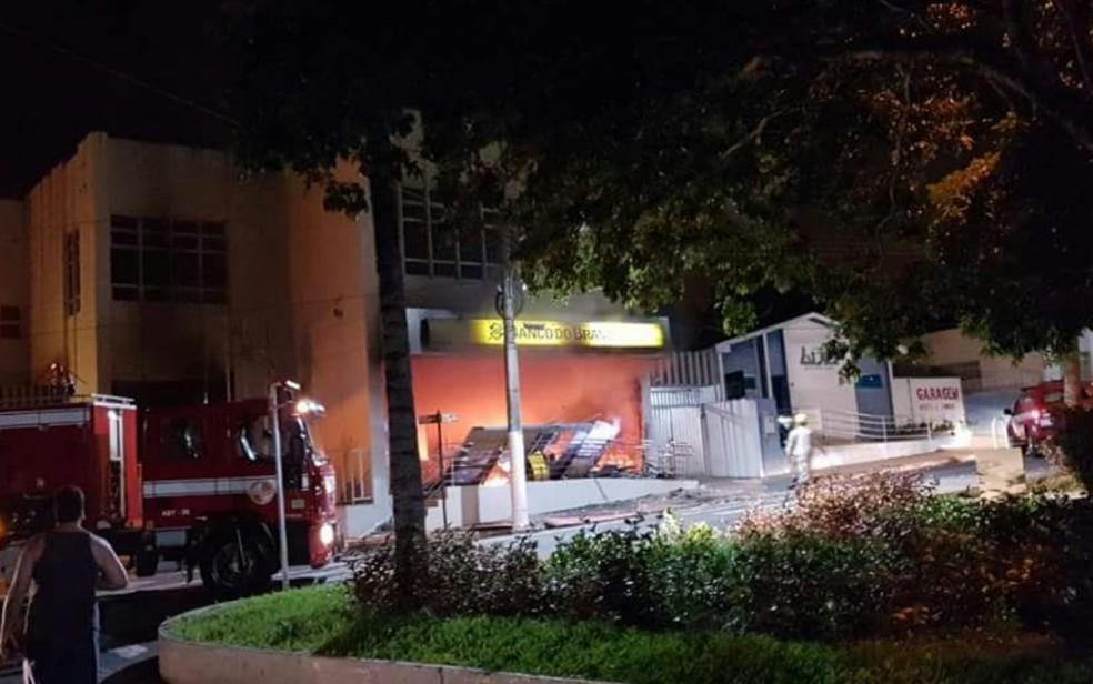 Agência do Banco do Brasil foi incendiada após explosão em Ipameri, Goiás (Foto: TV Anhanguera/Reprodução)