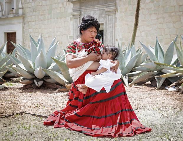 Hilda, do México, amamenta o filho (Foto: Tina Boyadjieva )