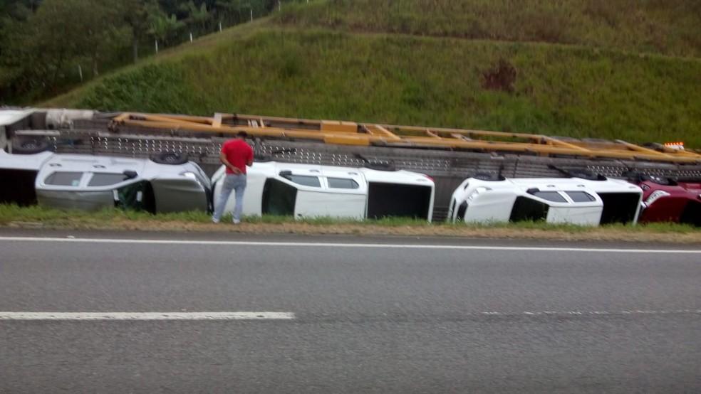 Caminhão tomba com carros de luxo na Rodovia Régis Bittencourt, na altura do km 407 — Foto: G1 Santos