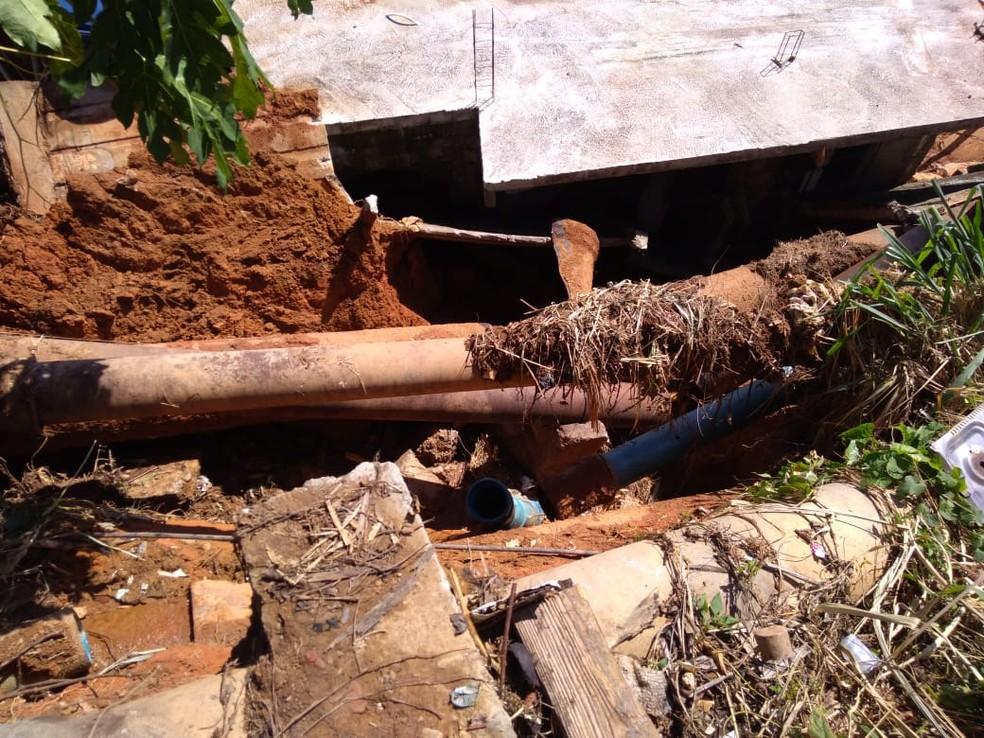 Adutora rompeu e água invadiu casas — Foto: Defesa Civil