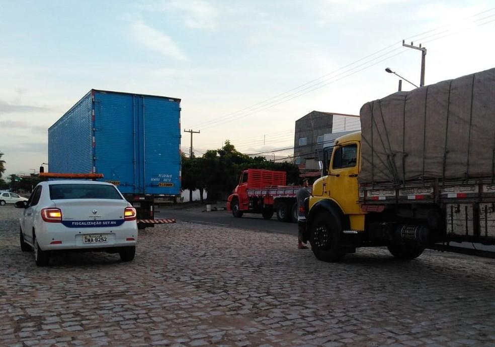 Fiscais da Secretaria Estadual de Tributação abordaram dois caminhões que transportavam parte da carga de bebidas alcoólicas sem nota fiscal no Alto Oeste potiguar, nesta terça (4) — Foto: Divulgação/SET-RN