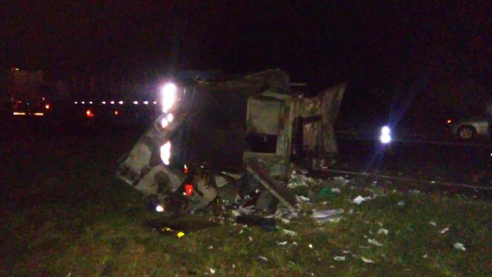 Carro-forte ficou destruído após assalto na Rodovia Anhanguera em Santa Rita do Passa Quatro — Foto: Marlon Tavoni/EPTV
