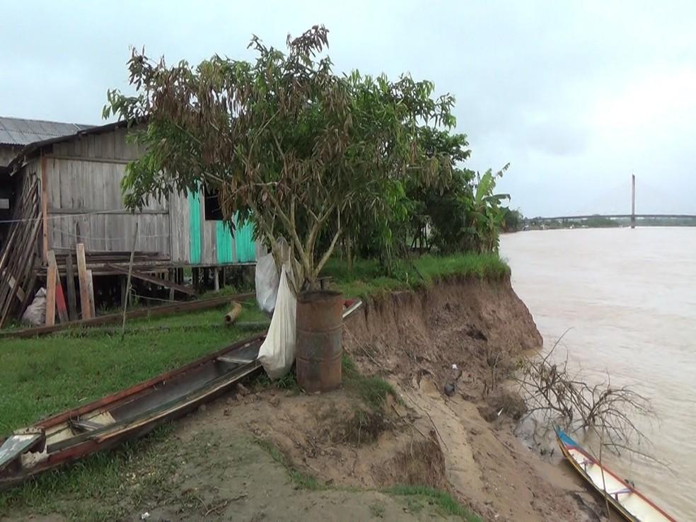 Prefeitura está tentando conseguir terrenos para colocar os moradores ameaçados pelo desbarrancamento  — Foto: Mazinho Rogério/G1