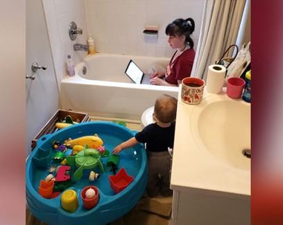 Foto de mãe trabalhando dentro de banheira viraliza e gera identificação entre mulheres