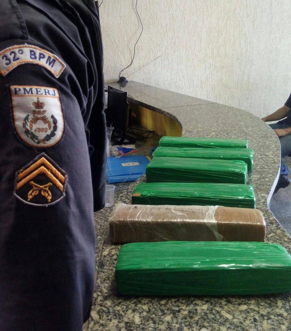 Adolescente é apreendida com seis tabletes de maconha dentro de ônibus em Macaé, no RJ