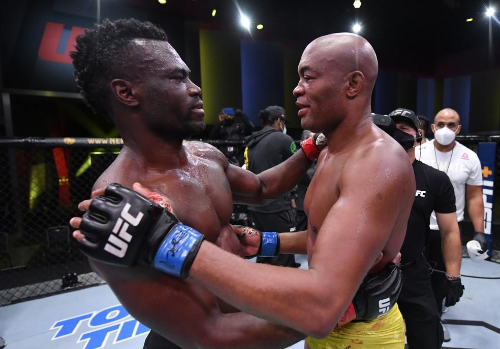 Anderson Silva abraça um emocionado Uriah Hall após a luta em Las Vegas — Foto: Getty Images