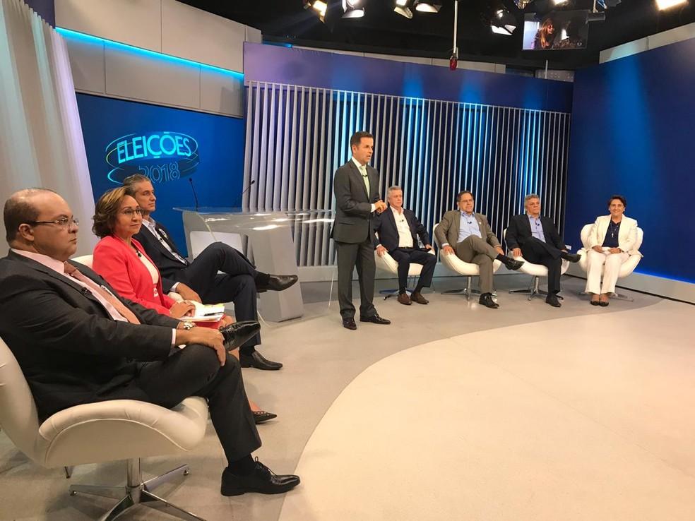 Candidatos ao governo do Distrito Federal posicionados para o debate desta terça — Foto: Letícia Carvalho/G1