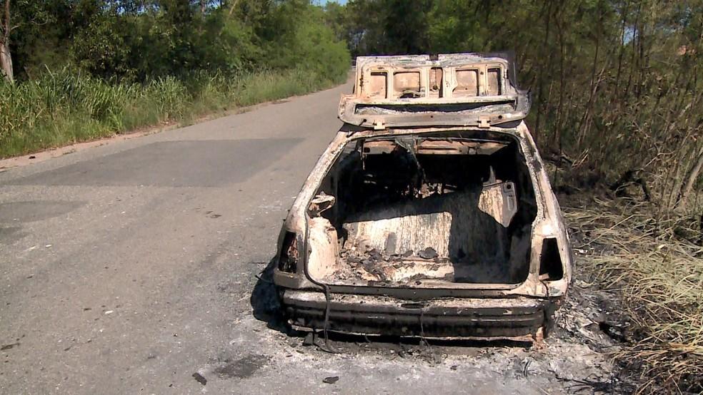 Corpo estava no porta-malas do carro na Rodovia do Contorno, na Serra — Foto: Reprodução/TV Gazeta