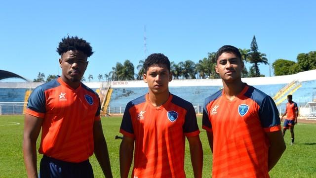 Carioca, Maranhão e Porfírio (da esq. p/ a dir.) estrearam bem pelo Osvaldo Cruz