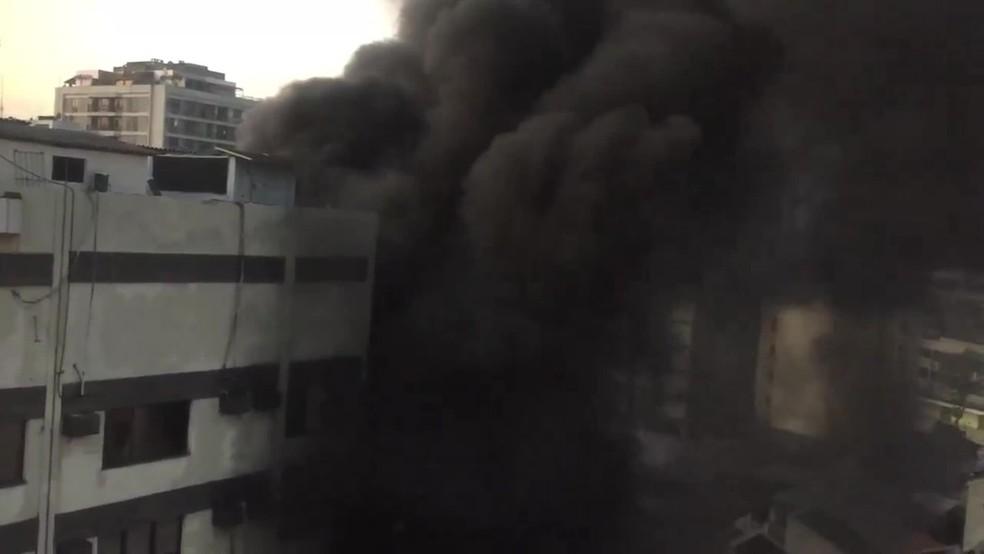 Fumaça de incêndio do Hospital Badim, no Maracanã, é registrada por moradores da região. — Foto: Reprodução/Redes sociais