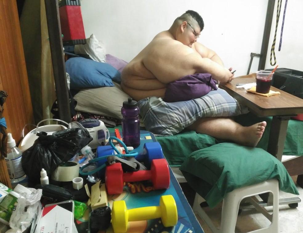 Com a recuperação progressiva da mobilidade, ele faz exercícios com pesos e já consegue ficar de pé por alguns minutos (Foto: BBC)