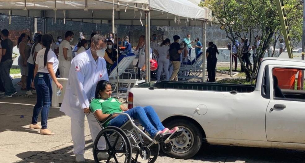Funcionários que passaram mal durante o incêndio foram atendidos em local improvisado  — Foto: Joelma Gonçalves/G1