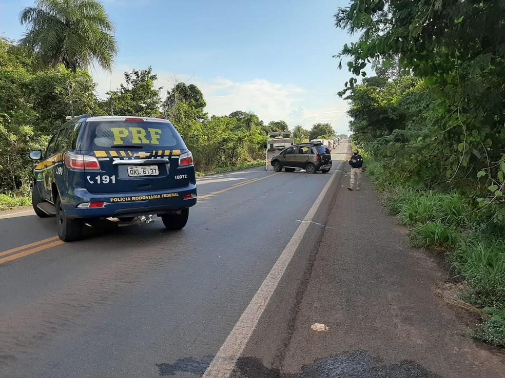 Rodovia foi interditada por alguns minutos para a retirada dos veículos — Foto: Túlio Alves/TV Anhanguera