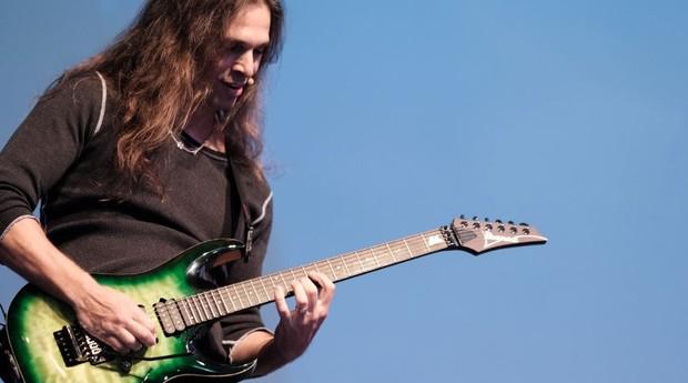Kiko Loureiro abriu sua palestra no We Are Omie com solo de guitarra (Foto: Lucas Kuguio)