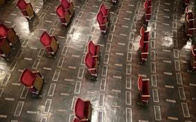 Teatro retira 500 de seus 700 assentos para reabertura com distanciamento social