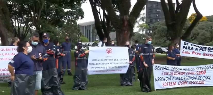 Servidores do Samu protestam em frente à Prefeitura de Curitiba contra terceirização