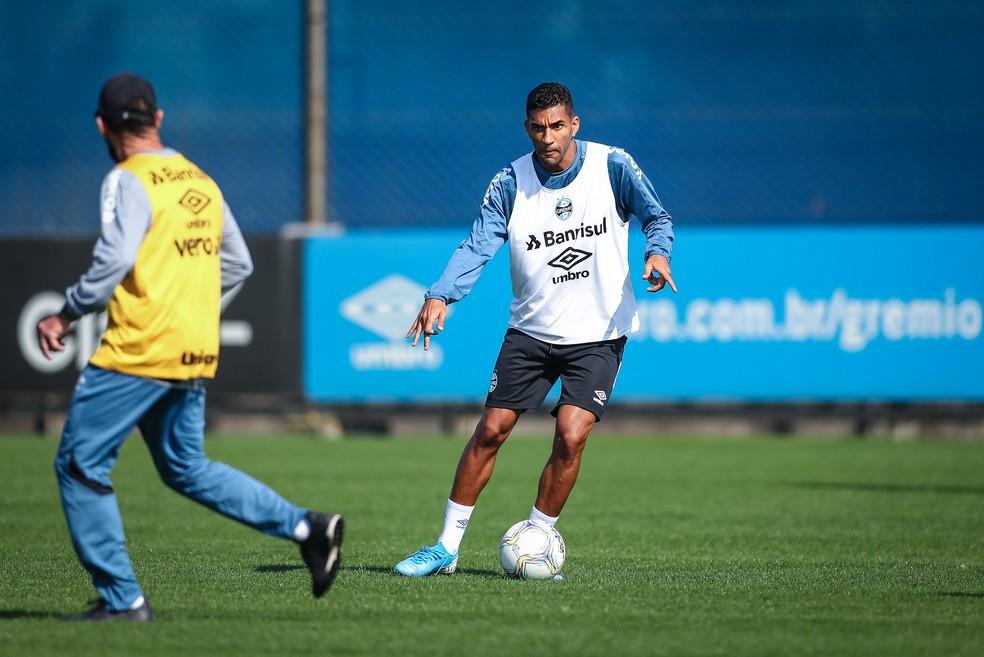 Isaque segue no time como centroavante improvisado — Foto: Lucas Uebel / Grêmio FBPA