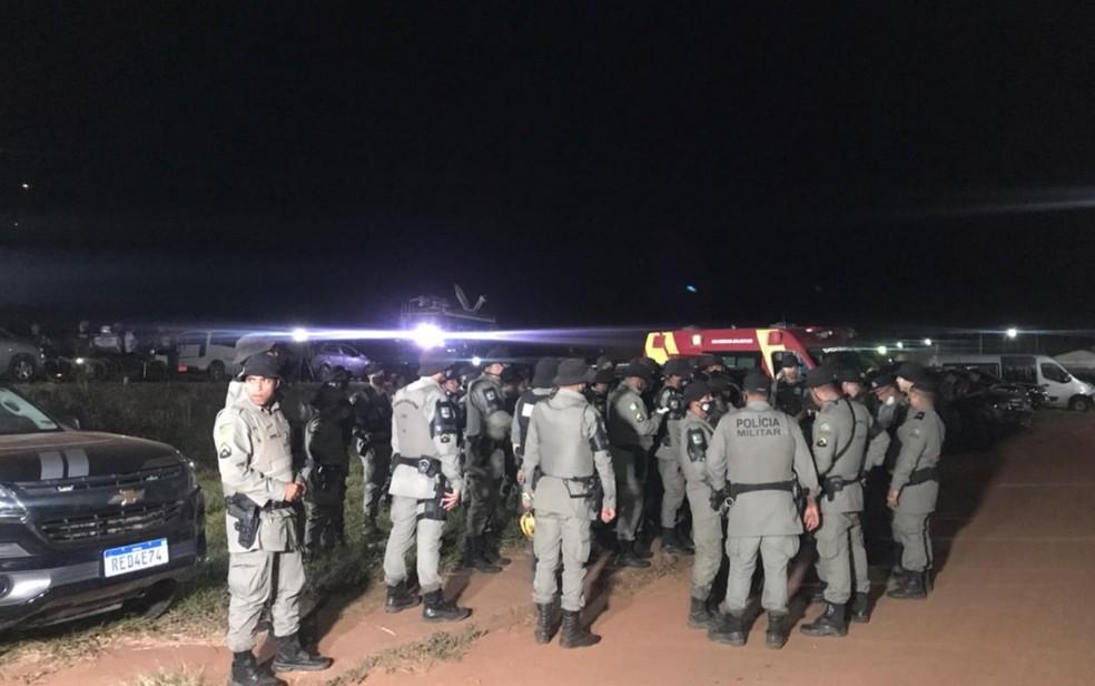 Policiais continuam buscas por Lázaro Barbosa na noite desta quarta-feira, em Cocalzinho de Goiás — Foto: Vitor Santana/G1 Goiás