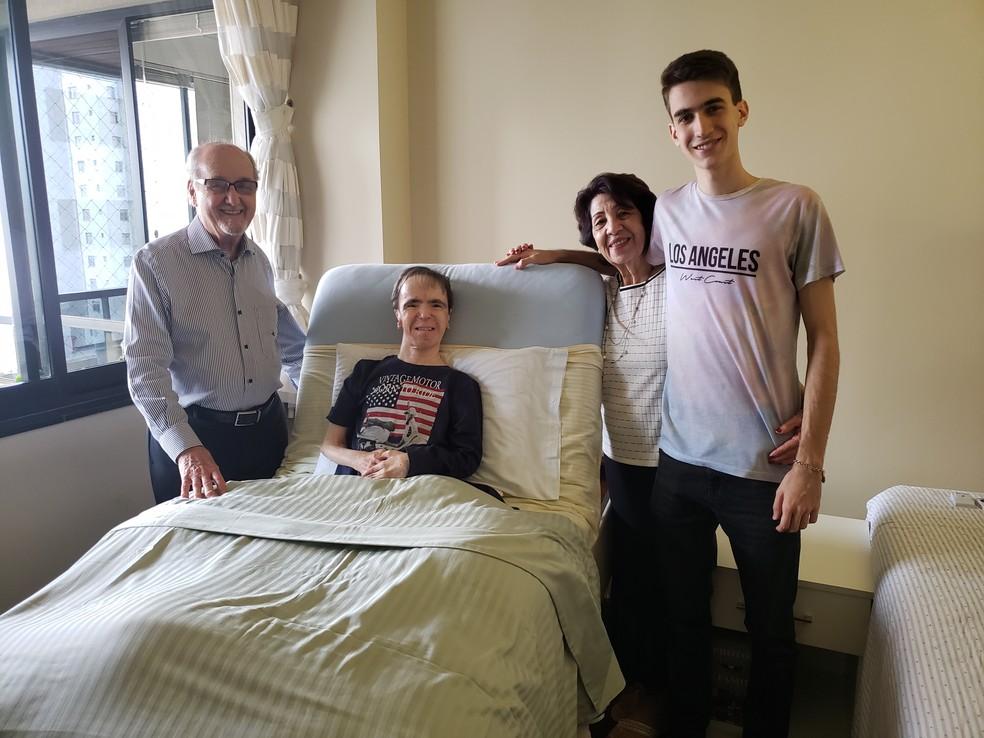 O pai Ithiel, a mãe Denize e o sobrinho Gabriel ao lado do escritor Rick Bastos — Foto: Thaís Leocádio/G1