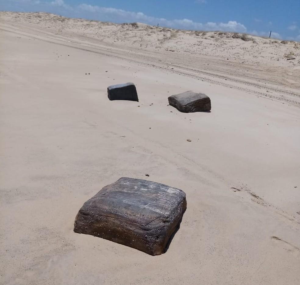 """Pacotes """"misteriosos"""" são encontrados na praia da Colônia, em São Gonçalo do Amarante. — Foto: José Cláudio de Araújo/ Arquivo Pessoal"""