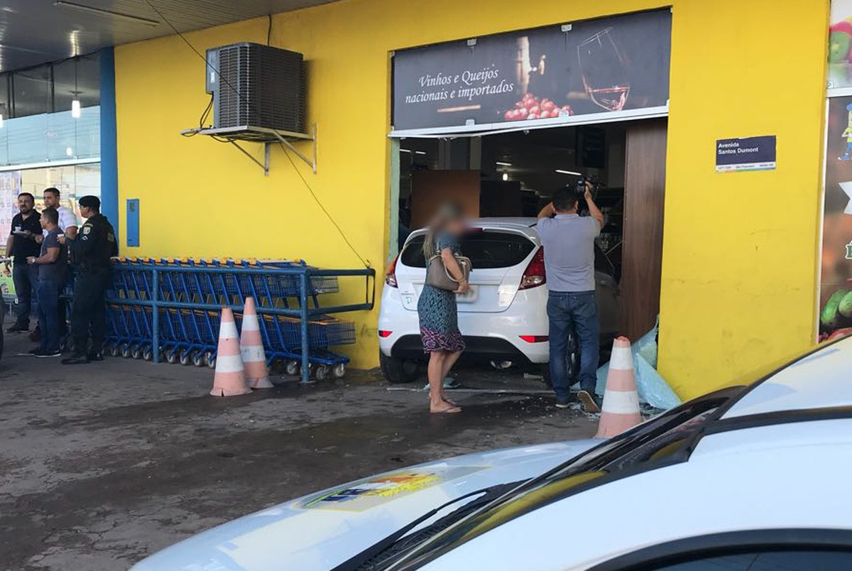 Carro invade supermercado após motorista confundir pedais de carro automático em RR
