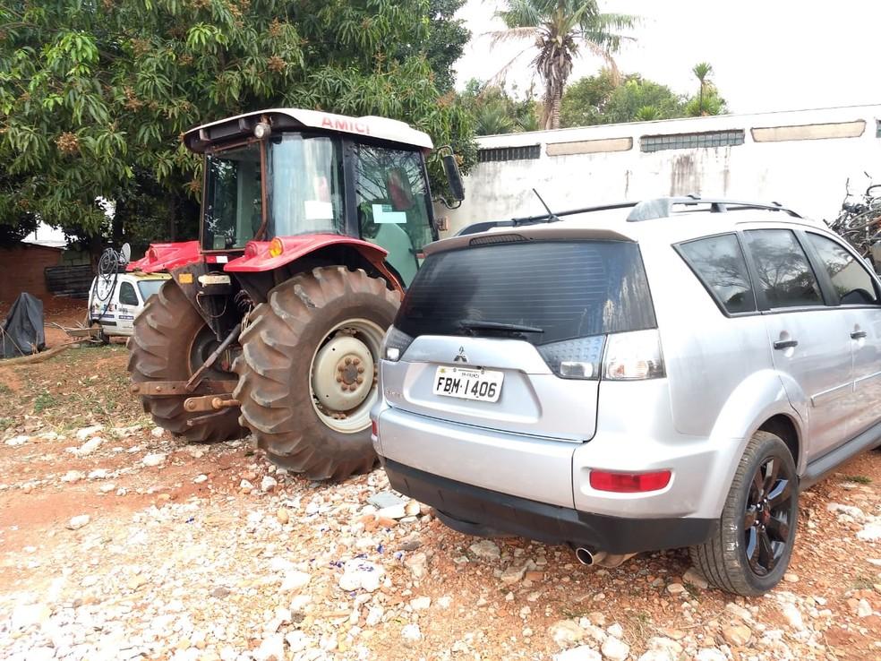 Trator roubado estava entre veículos encontrados durante operação da Polícia Civil de Jaguariúna. — Foto: Roberto Torrecilhas