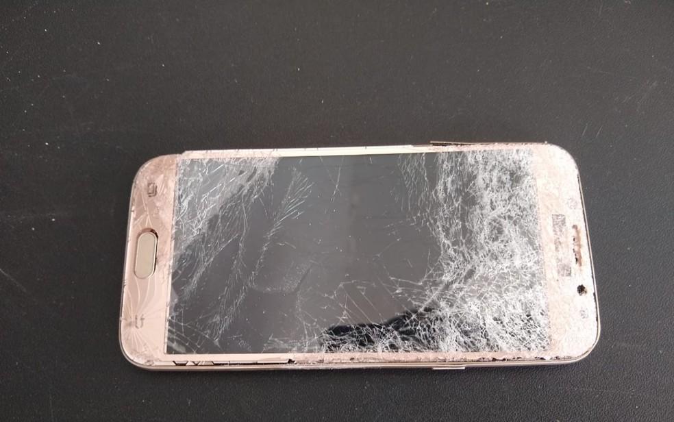 Celular da vítima também foi danificado pelo esposo, em Aparecida de Goiânia  — Foto: Reprodução/TV Anhanguera