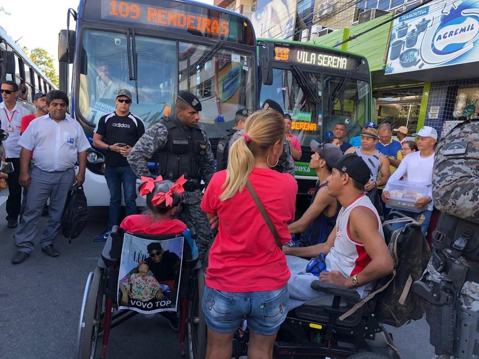 Protesto de cadeirantes no Centro de Caruaru — Foto: Americo Rodrigo/Divulgação