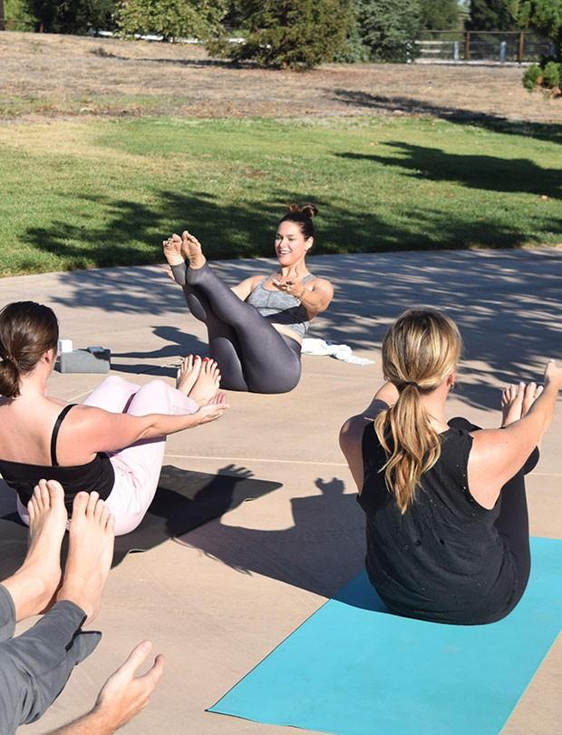 Fernanda Machado dá aula de yoga em um parque de Santa Barbara (Foto: Arquivo pessoal)
