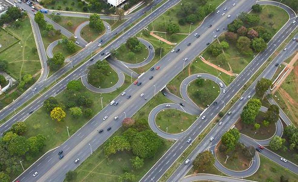 """Imagem aérea de Brasília mostra via L2 e """"tesourinhas"""" — Foto: TV Globo/ Reprodução"""