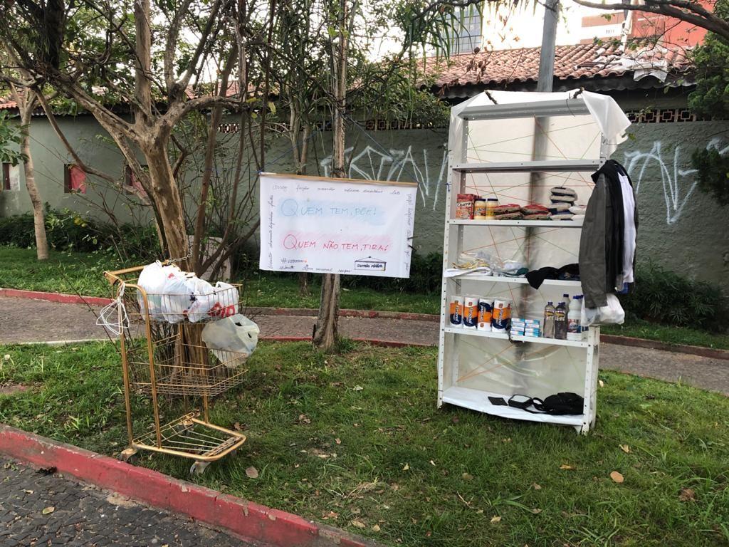Voluntárias criam 'carrinho solidário' e ação viraliza na web: 'Quem tem põe'