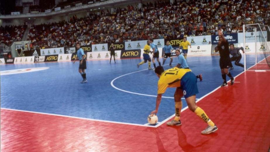 Homologação da regra do lateral com a mão opcional no futsal pode ser revista