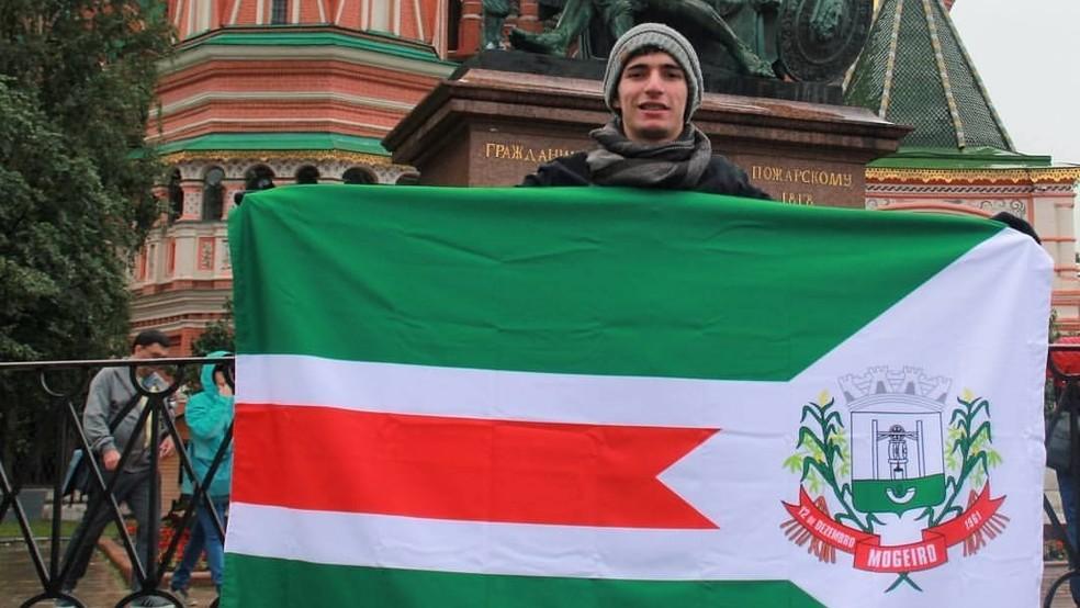 Para participar de um programa de liderança na Rússia, em 2017, Henrique Lima levou a bandeira de Mogeiro, no Agreste da Paraíba  (Foto: Henrique Lima/Arquivo pessoal)