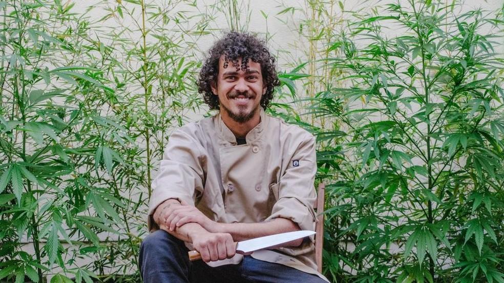 Gustavo Colombeck deixou o Espírito Santo para morar no Uruguai e se tornar um chef canábico  (Foto: Arquivo pessoal via BBC)