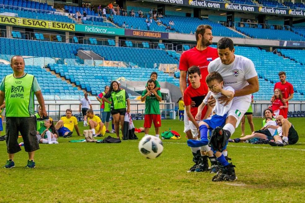 Jogadores e ex-profissionais do futebol participaram da ação (Foto: Joe Beck)