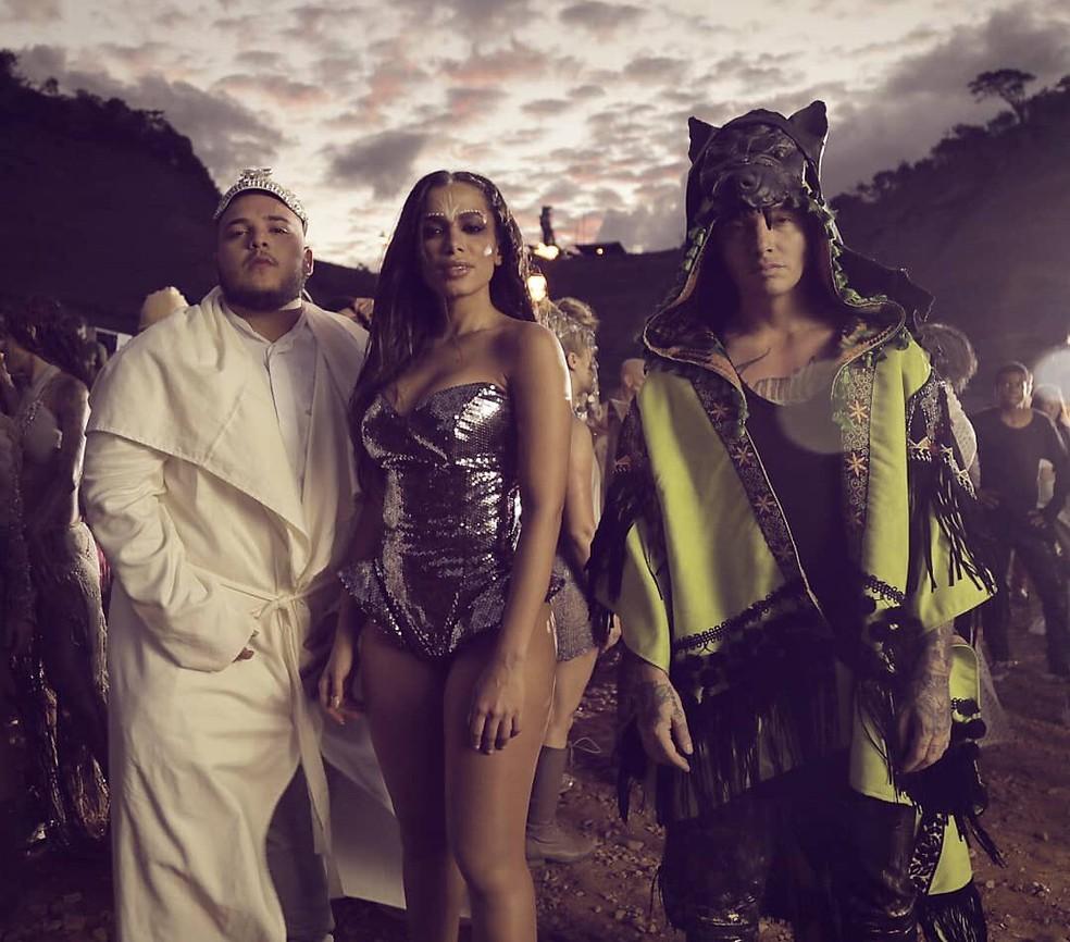 Jeon Arvani, Anitta e J. Balvin na gravação do clipe de 'Machika' (Foto: Reprodução)