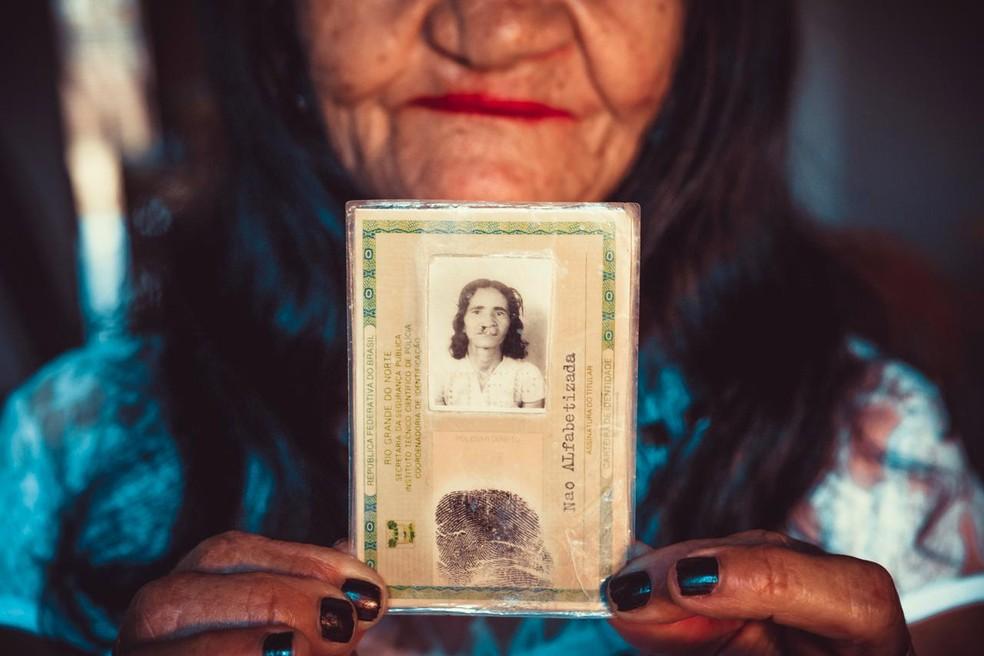 Fotógrafa fez ensaio para mostrar o que mudou na vida da aposentada Maria do Socorro após a cirurgia de lábio leporino - Mossoró - Umarizal - RN — Foto: Laine Paiva