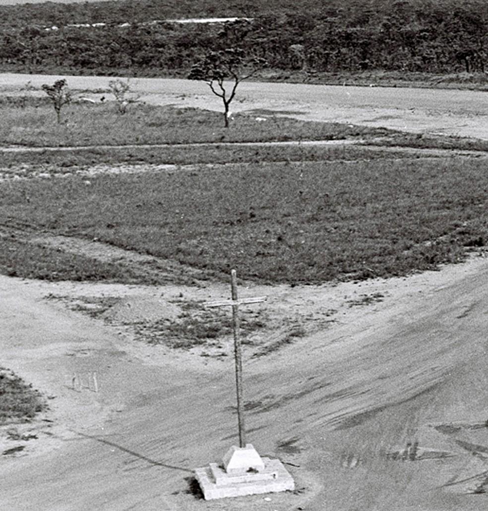 Praça do Cruzeiro, em maio de 1955: recebe o seu batismo, uma cruz de pau-brasil — Foto: Arquivo Público-DF/Divulgação