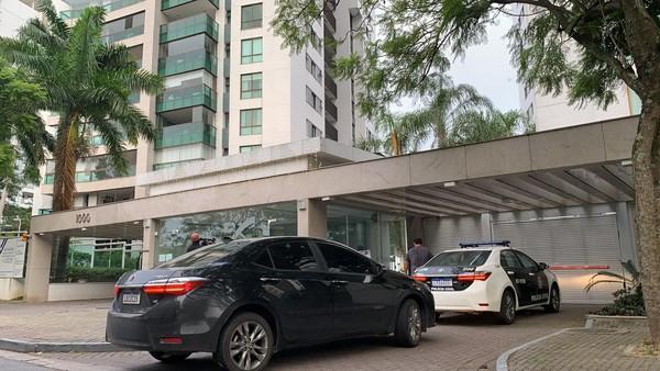Equipes da Polícia Civil chegam no condomínio onde mora prefeito Marcelo Crivella — Foto: Paulo Renato Soares / TV Globo