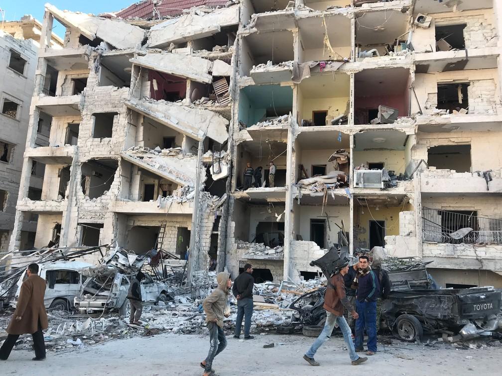 8 de janeiro - Pessoas observam os estragos após uma explosão na base de jihadistas asiáticos em uma área controlada por rebeldes em Idlib, na Síria (Foto: Omar Haj/AFP)